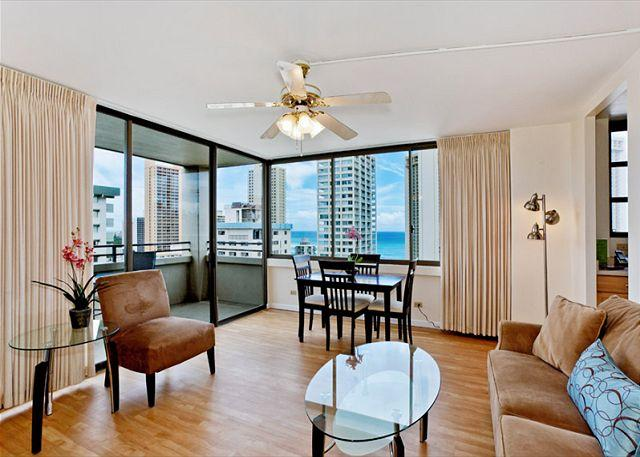 Dining for 4 enjoy beautiful ocean views - One bedroom vacation rental, washer/dryer, WiFi, pool & parking! - Waikiki - rentals