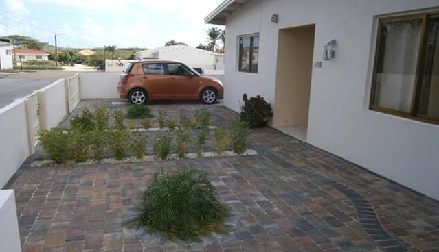 Front entrance and parking - Vacation Home (Downtown ) Seroe Blanco 49H 2BD - Oranjestad - rentals