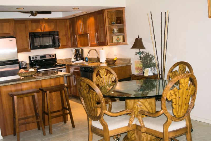 Comfortably dine inside, or outside on the lanai. - Ocean View 2 BR/2 BA with A/C and wi-fi - Kihei - rentals