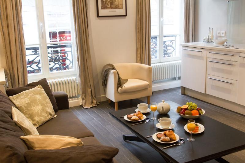 Marais Delight - Charming Hotel de Ville Studio apartment - Image 1 - Paris - rentals