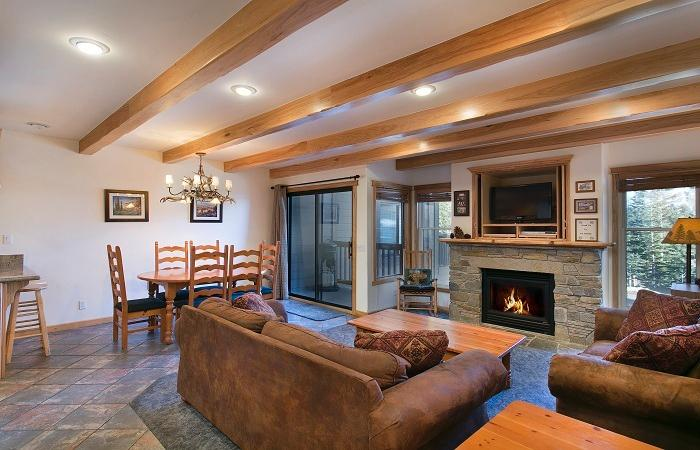 Val D'Isere #42 Living Area with A Gas Fireplace and A Queen Sofa Bed - Val D'Isere 42 - Ski Back Mammoth Village Rental - Mammoth Lakes - rentals