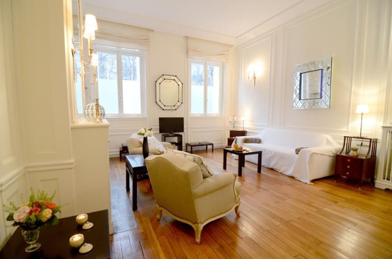 Living room - Exquisite 1 Bedroom Apartment in Paris - George V - Paris - rentals