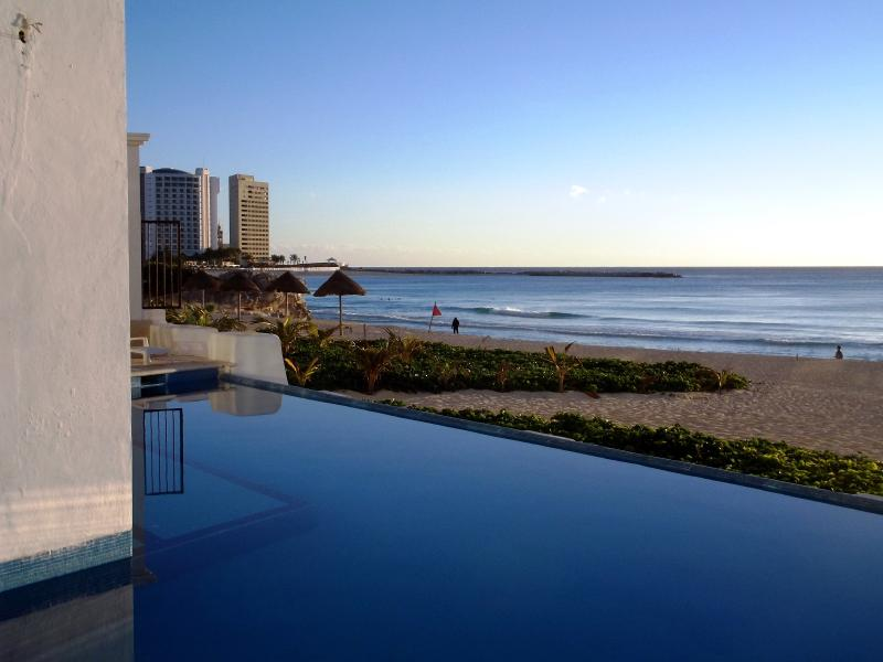 lower level pool - TOP CANCUN AREA BEACHFRONT 1 BR CONDO JUNE SALE - Cancun - rentals