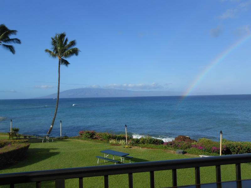 Just imagine seeing this every morning. You can! Just give me a call or drop an email. - Maui ocean FRONT. 2 Kings. Killer view. Free wi-fi - Lahaina - rentals