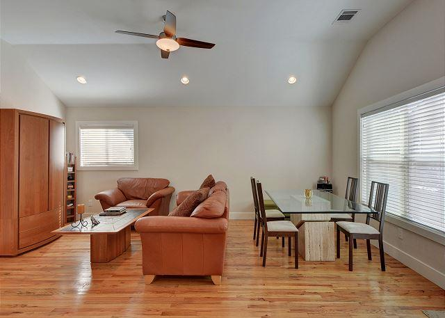 Open Living Space - 2BR Coach House Minutes to Triangle Market and UT Campus. - Austin - rentals