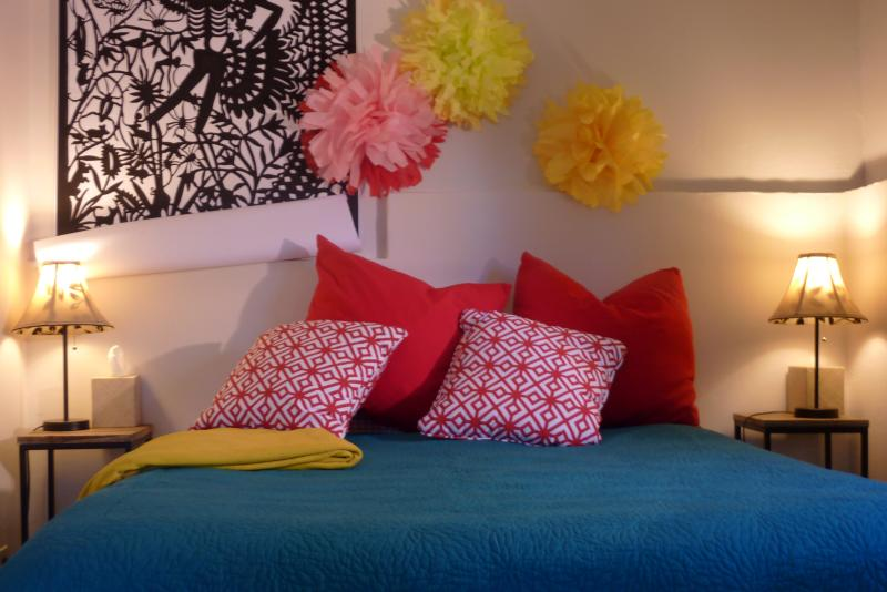Queen-sized bed in a room full of color! - Like a TREEHOUSE + Bring Fido! 10 min walk to town - Carmel - rentals