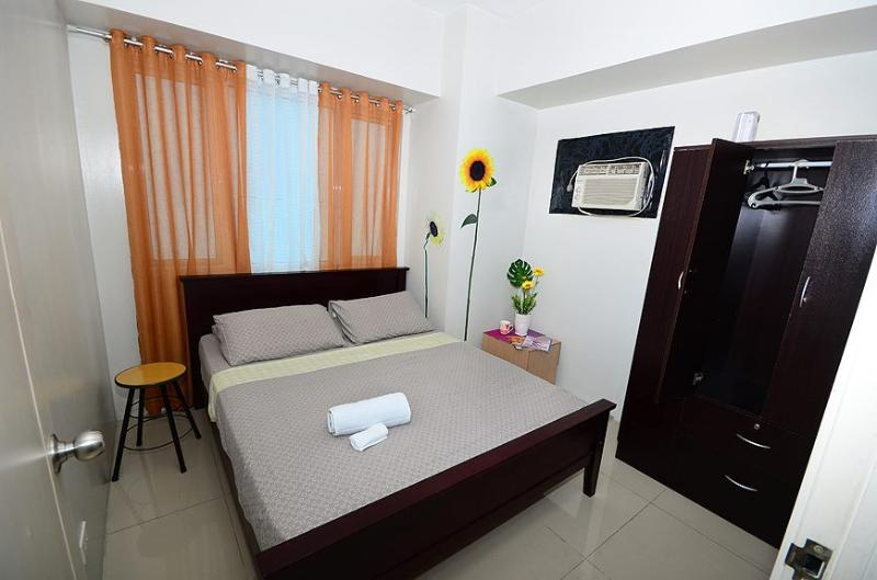 Bedroom 1 (with Queen bed) - 2 Bedroom Suite Across Mall of Asia - Manila - rentals