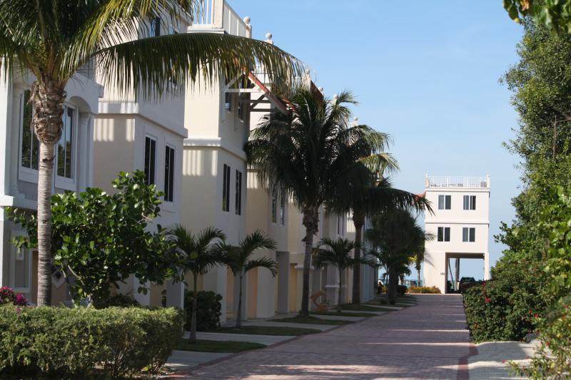 Small Gated community with short walk to pool and gulf/docks - Luxurious 3bd/3bth Villa - Your Keys Escape - Marathon - rentals