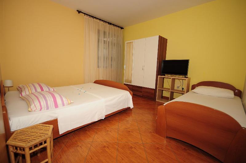 A6(3): bedroom - 3185  A6(3) - Omis - Central Dalmatia - rentals