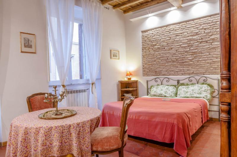 Sunny bedroom with double bed and sofà bed. This room has free WiFi and Air conditioning. - Apartment in the center of Rome near piazza Navona - Rome - rentals