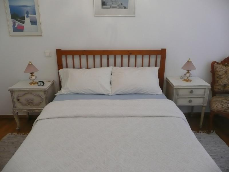 bedroom with a full size bed - Vanna's elegant,downtown place,free worldwide calls,wifi,walk to University and touristic down-town - Athens - rentals