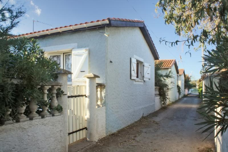 Minutes from the beach in Sète, 2-bedroom villa with terrace - Image 1 - Frontignan - rentals