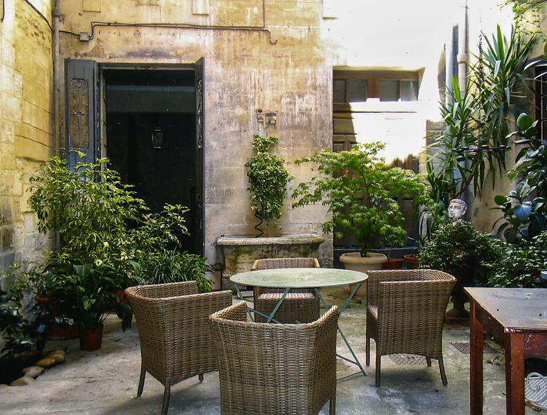 Right in the centre of Avignon, beautiful apartment in a private townhouse with enclosed courtyardAv - Image 1 - Avignon - rentals