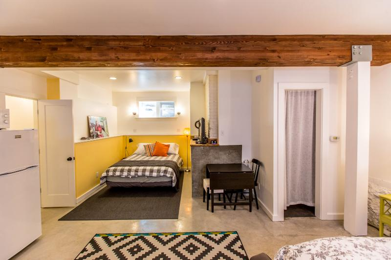 View from entry toward Queen bed. - Cool Eco-Studio with Patio--Great Location! - Portland - rentals