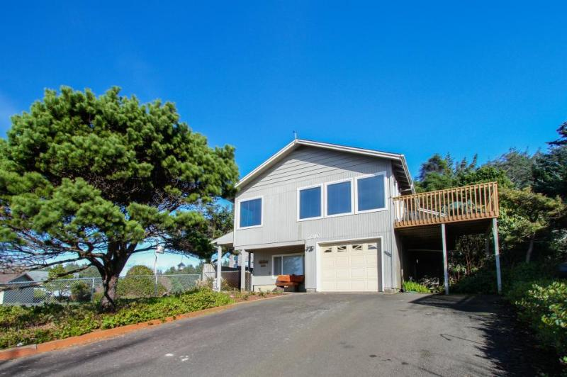 Cozy beach apartment close to beach - hot tub & views! - Image 1 - Lincoln City - rentals