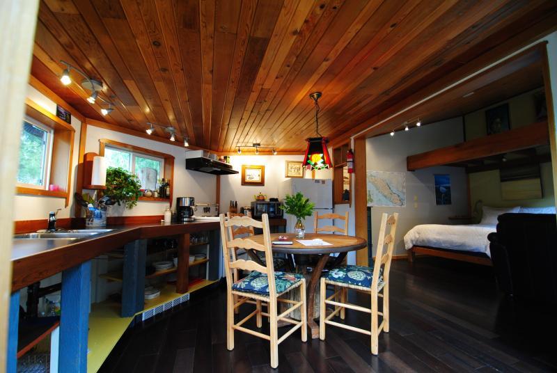 Shipwreck Dining Entrance - Gold Coast Retreat Shipwreck Cabin Chesterman Bch. - Tofino - rentals