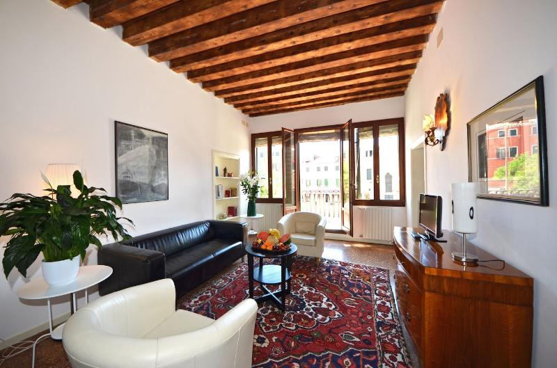 nice and cosy living room with access to the balcony on the square - Bragora - Venice - rentals