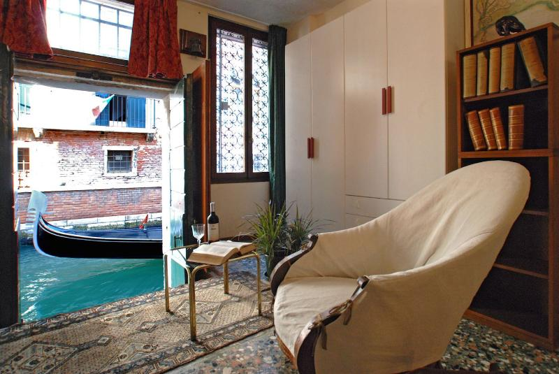 enjoy the view of the gondolas sliding along the canal reading a book... - Contarini - Venice - rentals