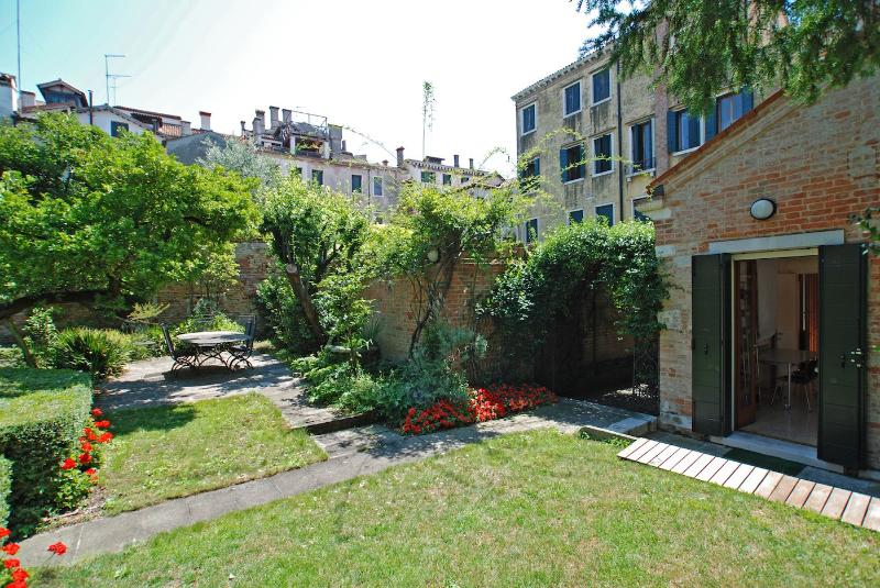 view on the garden and entrance to the Dolfin house - Dolfin - Venice - rentals