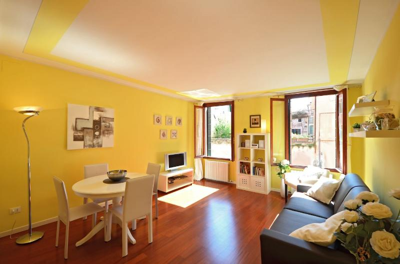 super bright living room with canal view of the Mantegna apartment - Mantegna - Venice - rentals