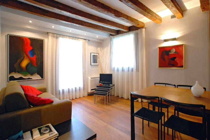 Rubino apartment venice italy, living room with canal view - Rubino - Venice - rentals