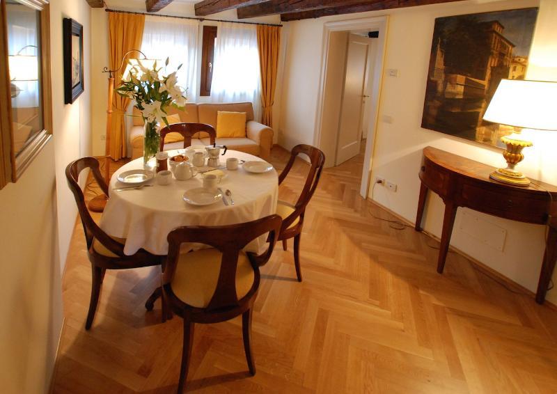 the Vivaldi apartment cozy living and dining room in Santo Stefano, Venice - Vivaldi - Venice - rentals