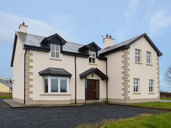 OYSTER LODGE, modern, detached cottage, with Jacuzzi bath, lawned garden, off road parking, in Mulrook, Ref 19290 - Image 1 - Galway - rentals