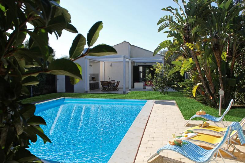 VILLA PLAYA GRANDE: villa with private pool, 800 m - Image 1 - Ragusa - rentals