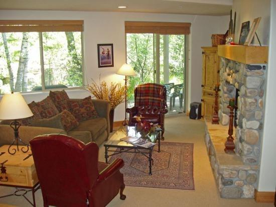 Large living area overlooking Trail Creek - Bridgepoint #17 - Ketchum - Delightful Condo on Trail Creek, walk to downtown, close to River Run; - Ketchum - rentals