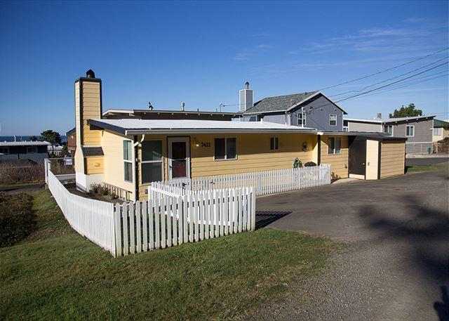 The Corner Cottage - Perfect beach getaway for a couple or small family - Image 1 - Lincoln City - rentals