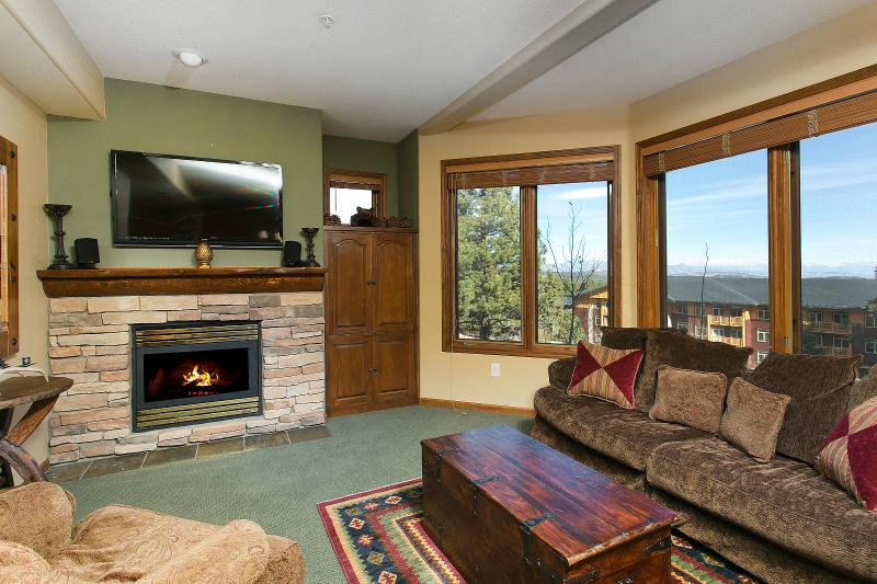 Eagle Run #111 Living Area With A Gas Fireplace And A Queen Sofa Bed - Eagle Run 111 - Ski in Ski out Mammoth Townhome - Mammoth Lakes - rentals