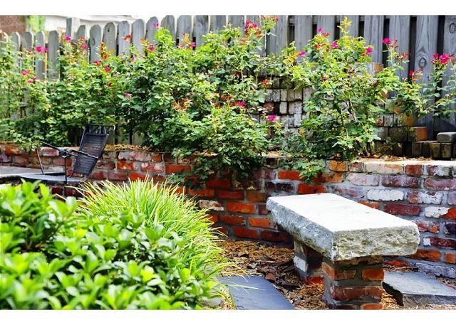 Beautiful outdoor areas - Garden home on Chatham Square with private parking - Savannah - rentals