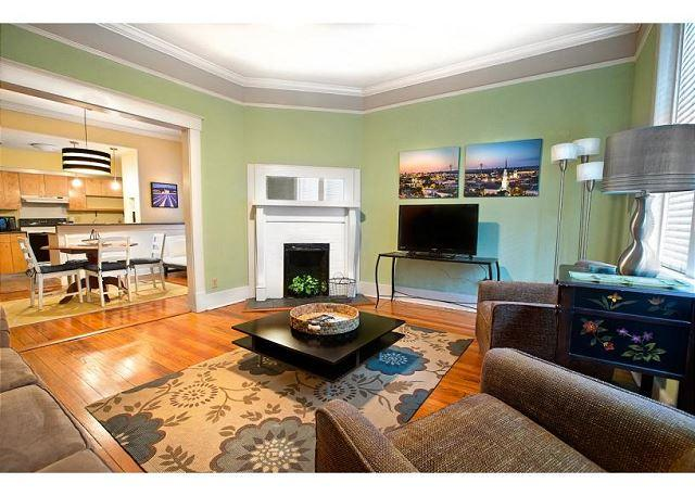 First floor condo with a large living area and two bedrooms - Image 1 - Savannah - rentals
