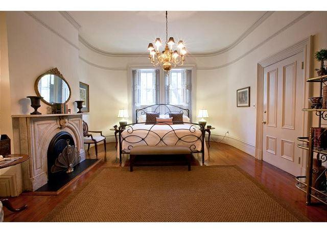 1 bedroom with VIP access to Mrs. Wilkes restaurant - Image 1 - Savannah - rentals