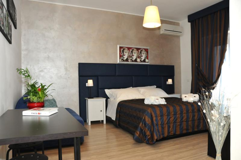 Room: Sofia with new re-style - Check-Inn Rooms B&B - Rome - rentals