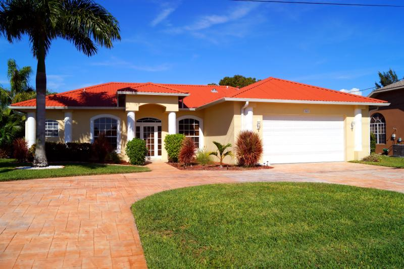 Frontside with driveway and palm trees - Villa Sunset at the Palms - Cape Coral - rentals