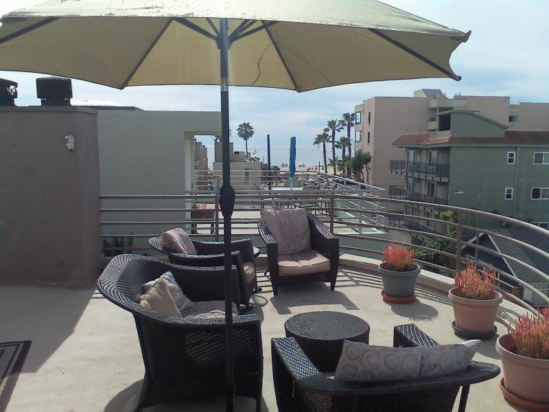 500 sf oceandeck 360 views, BBQ patio furnishings tilt umbrella table seating to 4. - VENICE BEACH AT IT'S FINEST & 500 SF OCEAN SUNDECK - Colorado - rentals