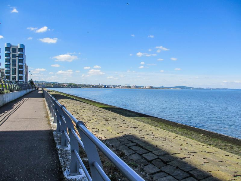 The promenade in front of the building - Western Harbour Apartment - Edinburgh - rentals