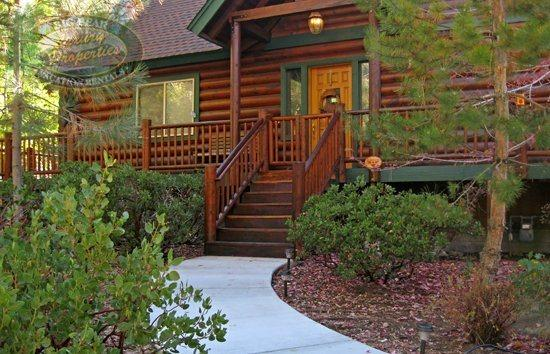 Bears Den - Front of the cabin - Bears Den Cabin a comfortable, spacious, pet friendly Big Bear Vacation Cabin rental where you can enjoy the Snow Summit Ski Resort area. - Big Bear Lake - rentals