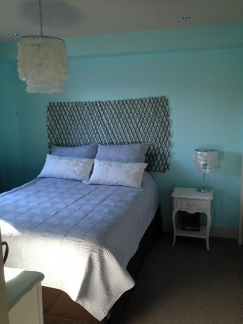 queen bed - Cozy and Cute walkout- easy getaway! - Lake Country - rentals