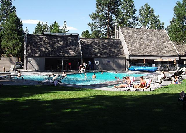 Big grass area by the pool - Charming ground floor condo, sit by the fireplace and watch the wildlife! - Oretech - rentals
