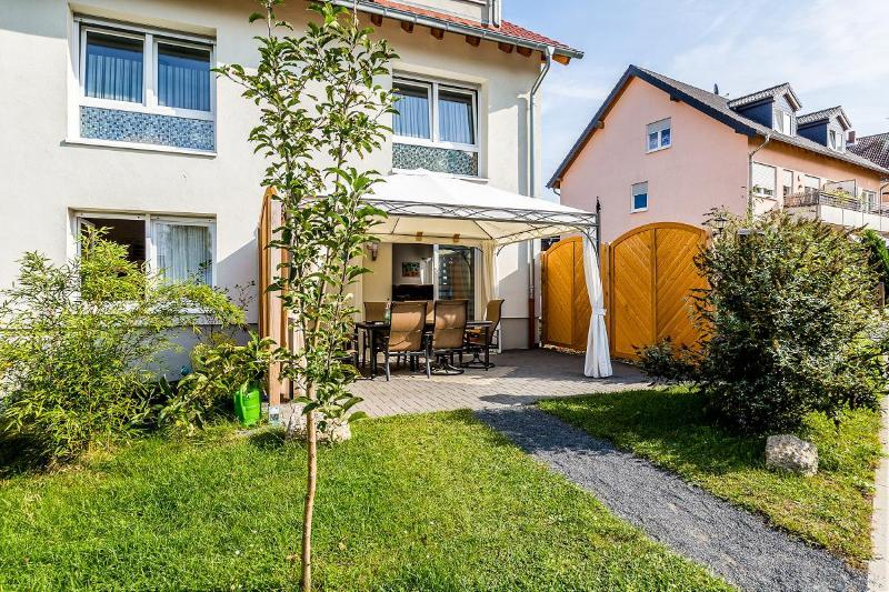 spacoius flat with garden and pool - 12 Holiday apartment cologne, 2bedrooms, garden - Cologne - rentals