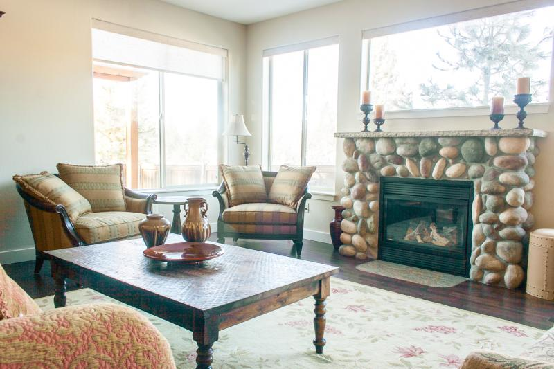 Cozy gas fireplace perfect for family gatherings and conversation - Light-filled 5BR, gameroom, hottub, ski, bike,golf - Bend - rentals