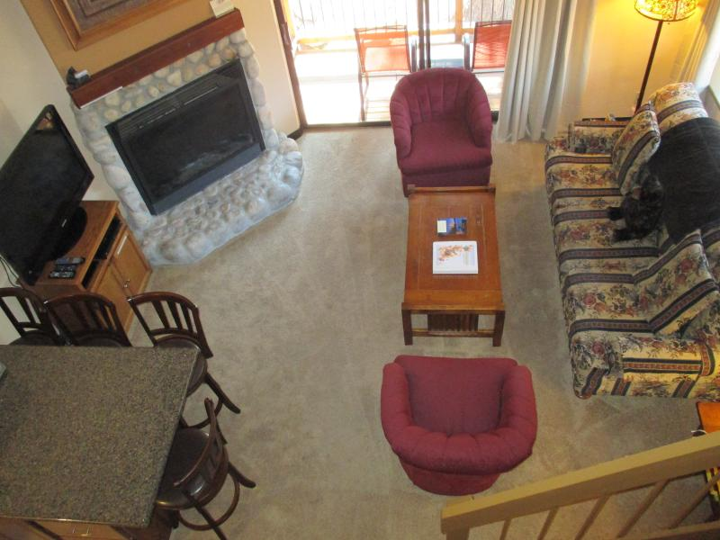 View of the living and dining area. - Comfortable & Affordable Condo - Sleeps 7!!! - Yosemite National Park - rentals