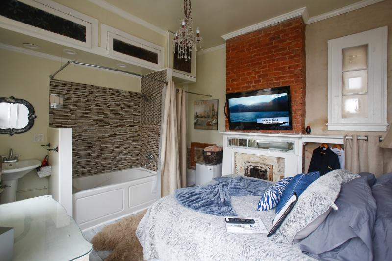 Cozy room with an open concept jacuzzi tub/shower. - Bourbon Room - New Orleans - rentals