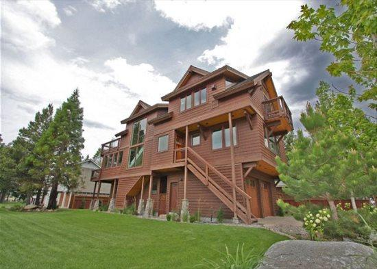 Deluxe Tahoe Stateline area home; one block to lake, walk to casinos, Heavenly Village and Gondola! - Image 1 - South Tahoe - rentals