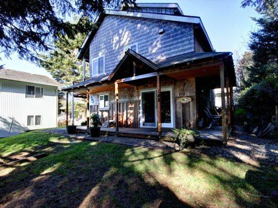 Robar`s is tucked away off the street, pet friendly and just a short 2 blocks to the beach 3 bedroom 2 bath sleeps 8 - 35585 - Image 1 - Cannon Beach - rentals