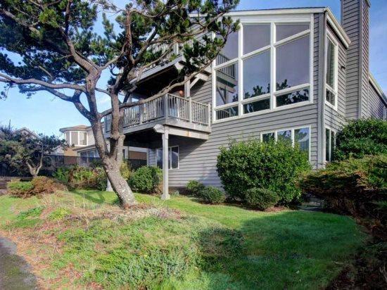 Pacific Tides has a great open floor plan with Ocean views 4 bedroom 2.5 bath sleeps 10 - 35573 - Image 1 - Cannon Beach - rentals
