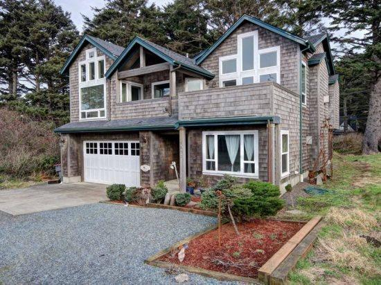 Pacific Breeze is a 5 bedroom 4 bath home with lot - Image 1 - Cannon Beach - rentals