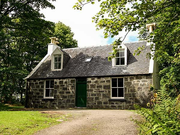 GARDENS COTTAGE, detached, in the grounds of Dunvegan Castle, beside the loch, near Dunvegan, Ref 915417 - Image 1 - Dunvegan - rentals